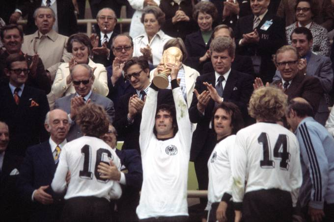 1974 FIFA World Cup in Germany Final in Munich: Germany 2 – 1 Netherlands – Gerd Mueller holding up the trophy at the award ceremony  towards the right: Wolfgang Overath, Hoeness, coach Helmut Schoen – 07.07.1974 Identical with image no xy